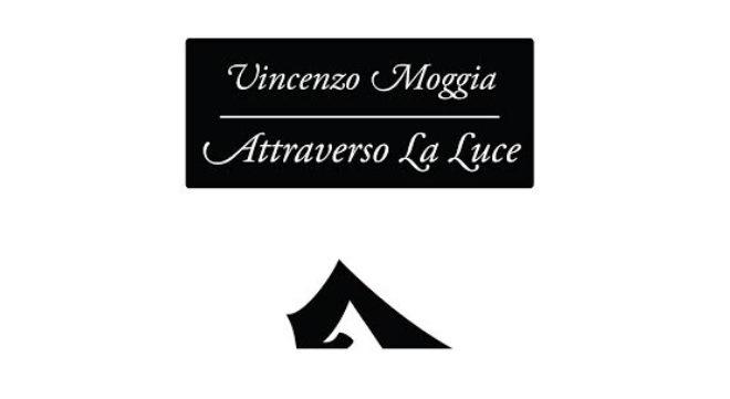 Il libro Attraverso la luce di Vincenzo Moggia